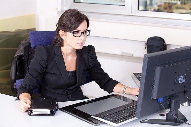 Une comptable qui travaille sur son ordinateur