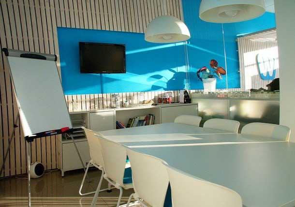 Un salle de réunion dans un espace de coworking