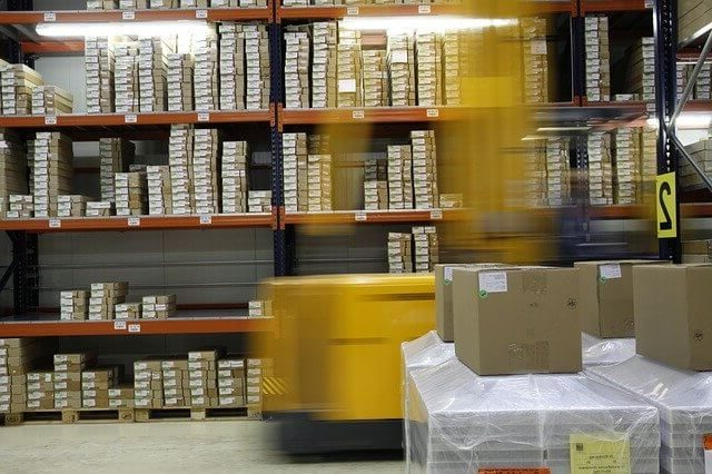 Un fenwick et des racks de stockage dans un entrepôt logistique