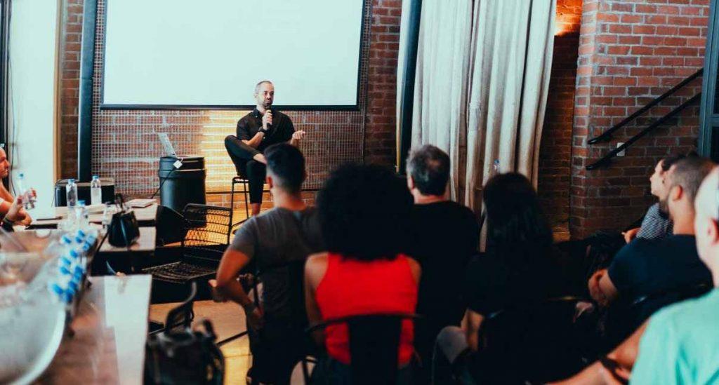 Image d'une réunion lors d'un séminaire d'entreprise